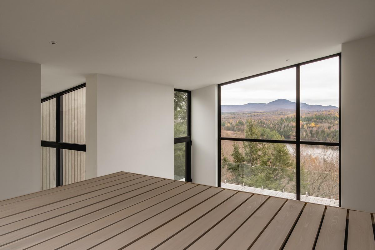 Простой лесной дом с односкатной крышей в Канаде