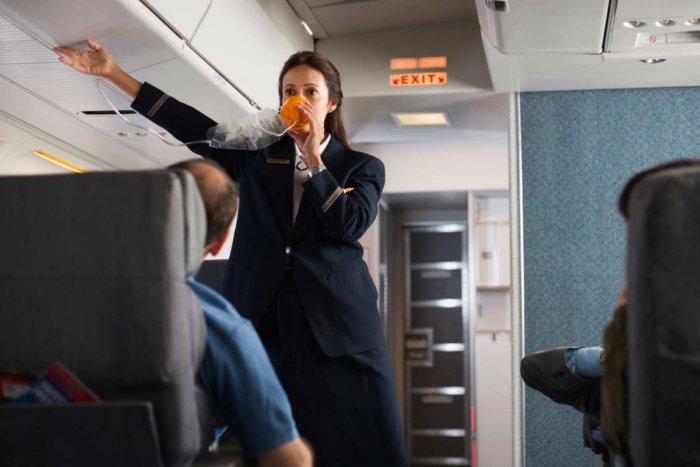 Из-за чего пилотам запрещено носить усы и бороду
