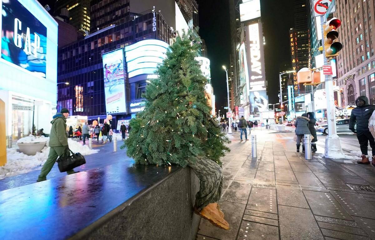 Мистер Рождественская ёлка дарит радость на улицах Нью-Йорка