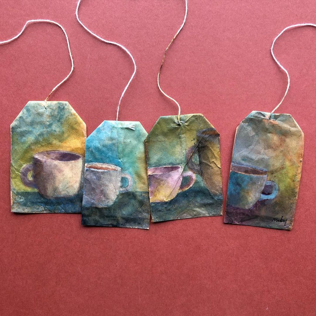 Миниатюрные произведения искусства на использованных чайных пакетиках
