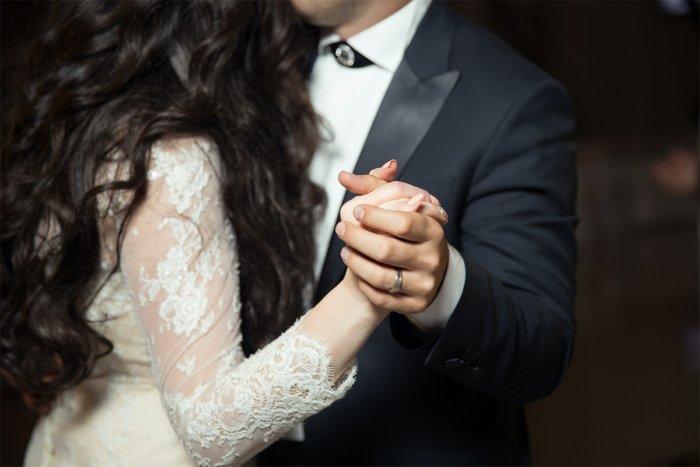 Почему женщины берут фамилию мужа, а не наоборот?