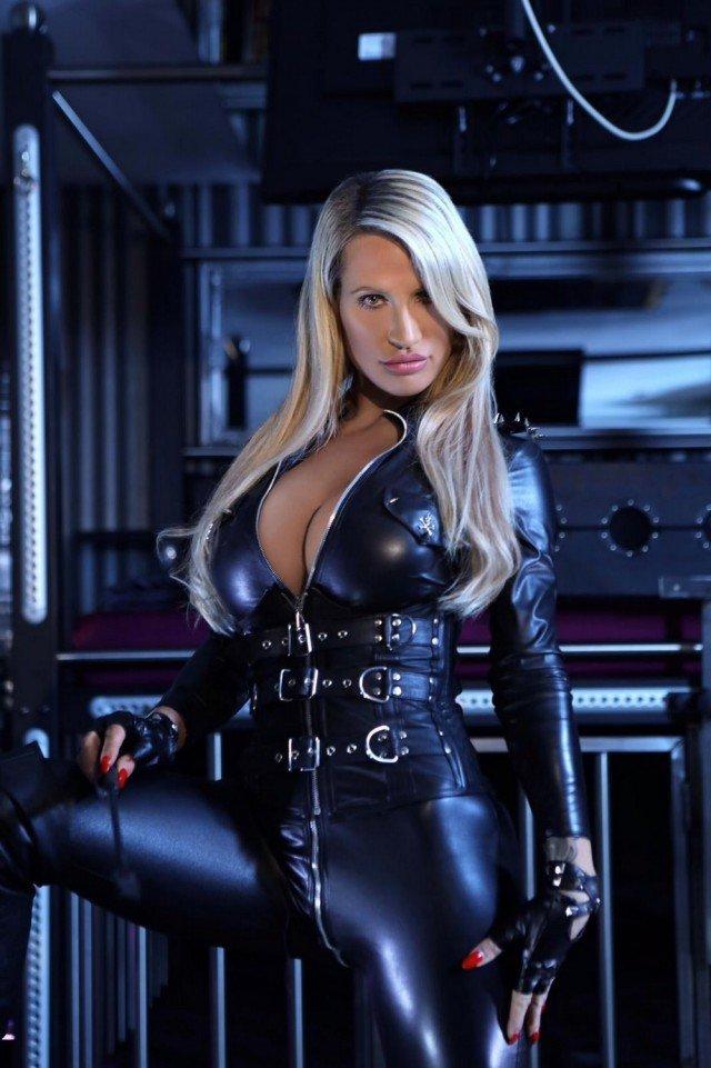 Полицейская решила сменить униформу на латексный костюм
