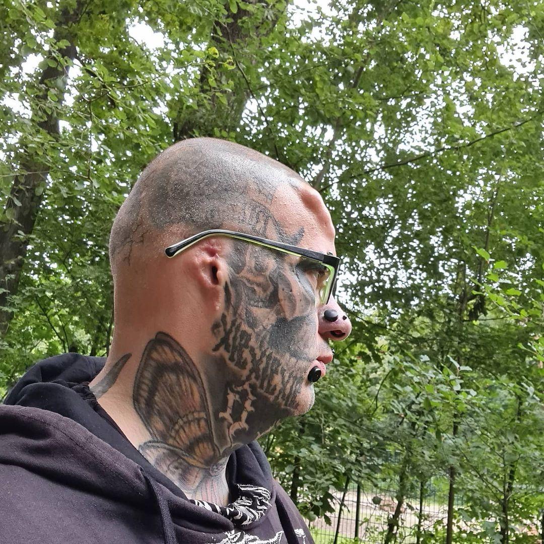 Немец так увлёкся модификациями тела, что отрезал себе уши