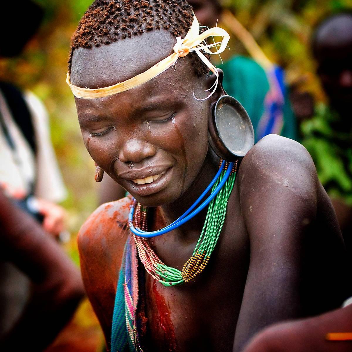 Эфиопское племя участвует в жестоких битвах палками за невесту