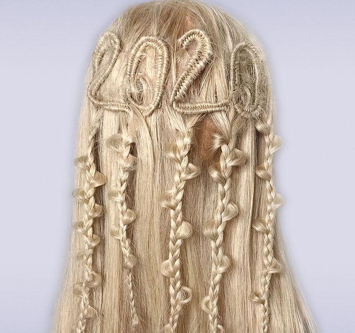 Немецкая девушка делает прически, похожие на узоры, связанные спицами