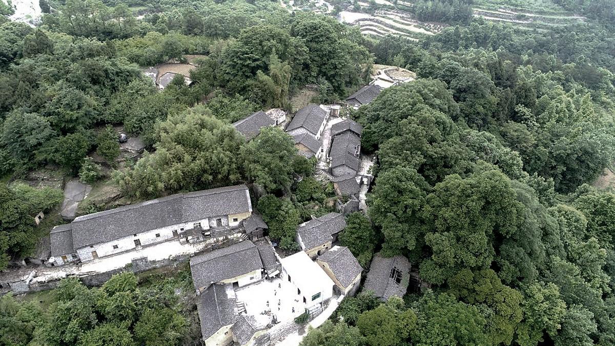 Каменные дома на склоне холма в древней китайской деревне