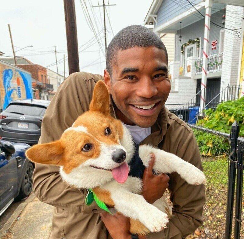 Позитивный курьер из США фотографируется с каждой собакой