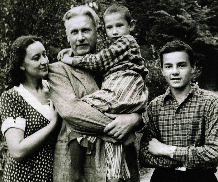Знаменитые люди в кругу семьи на снимках