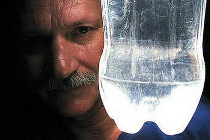 Как пластиковые бутылки с водой освещают сотни тысяч домов