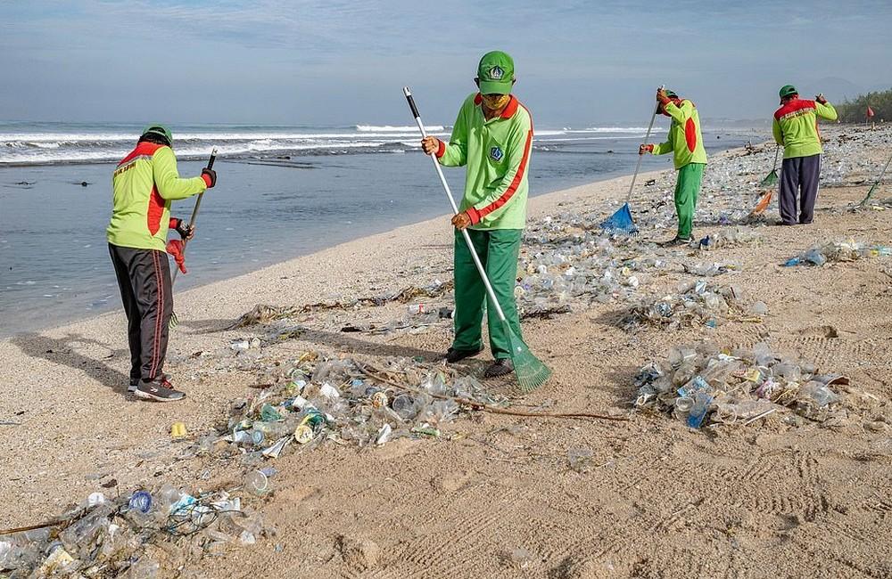 На Бали знаменитые пляжи покрыты пластиковым мусором