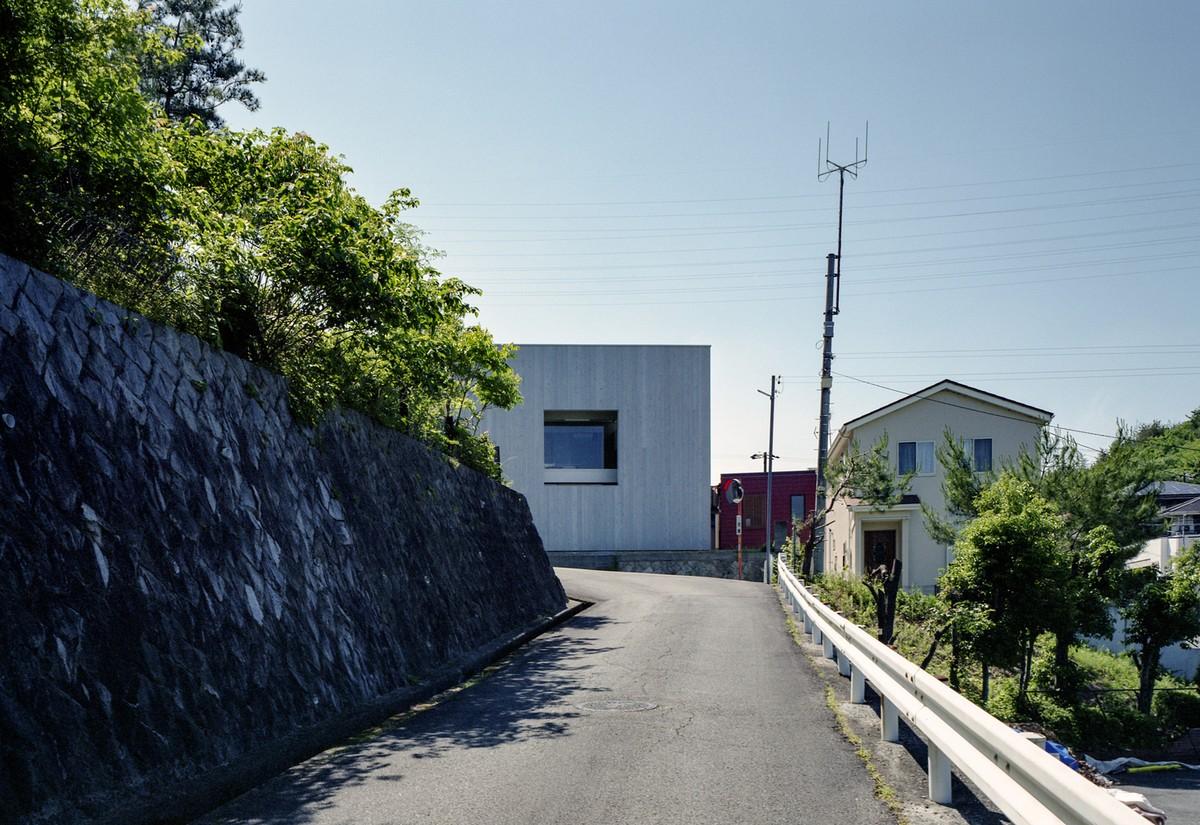 Городской дом с большим окном в Японии