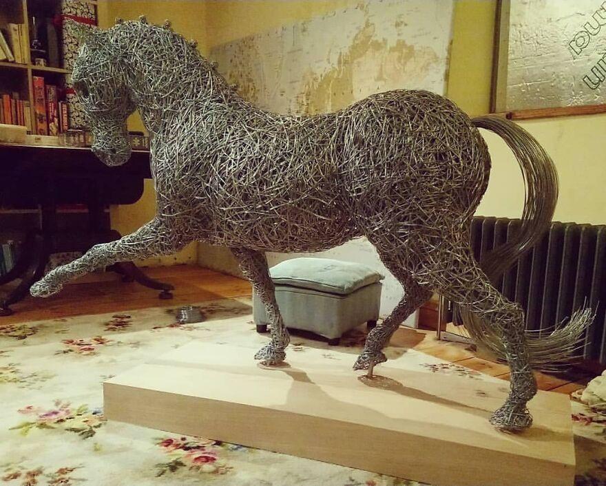 Детализированные скульптуры животных из металлической проволоки