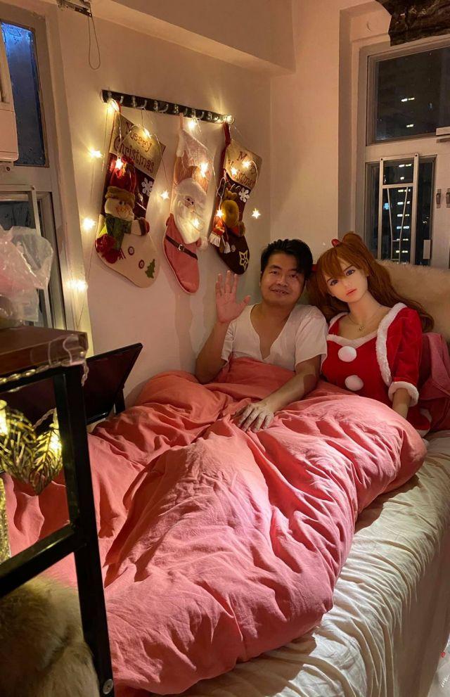 Китаец Се Тяньронг, который обручился с секс-куклой