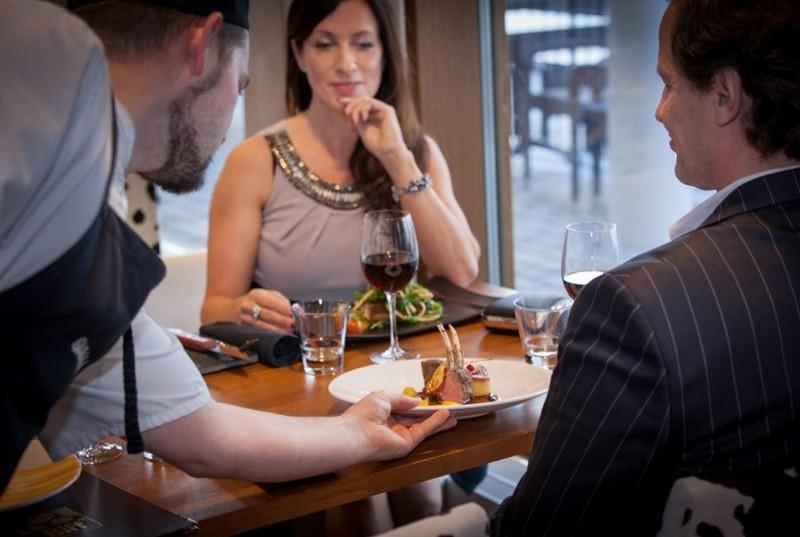 Уловки официантов, которые заставляют посетителей платить больше