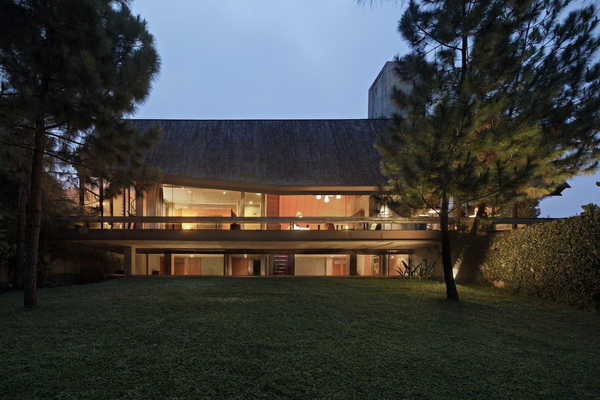 Двухуровневый дом с мансардной крышей в Индонезии