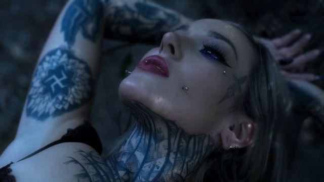 Модель Девон О'Келли из США с фиолетовыми глазами