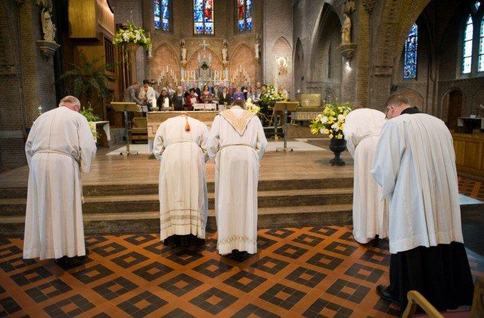 Почему католическим священникам запрещено жениться, а православным можно?
