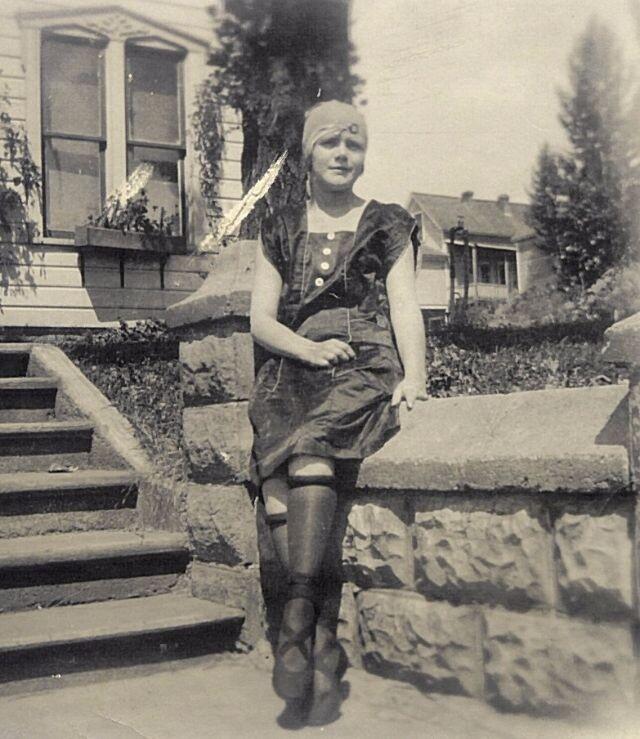 Закатанные под коленку чулки - непристойная мода столетней давности