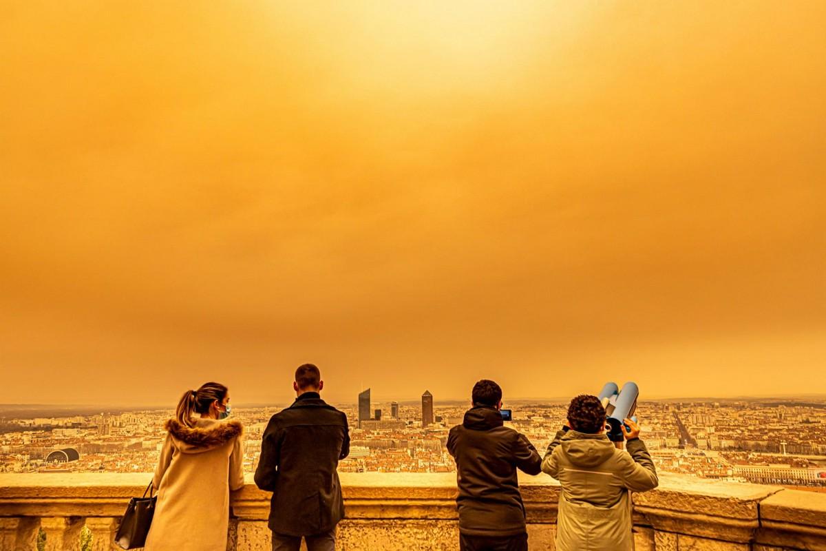 Песчаный шлейф из Сахары окрасил французское небо
