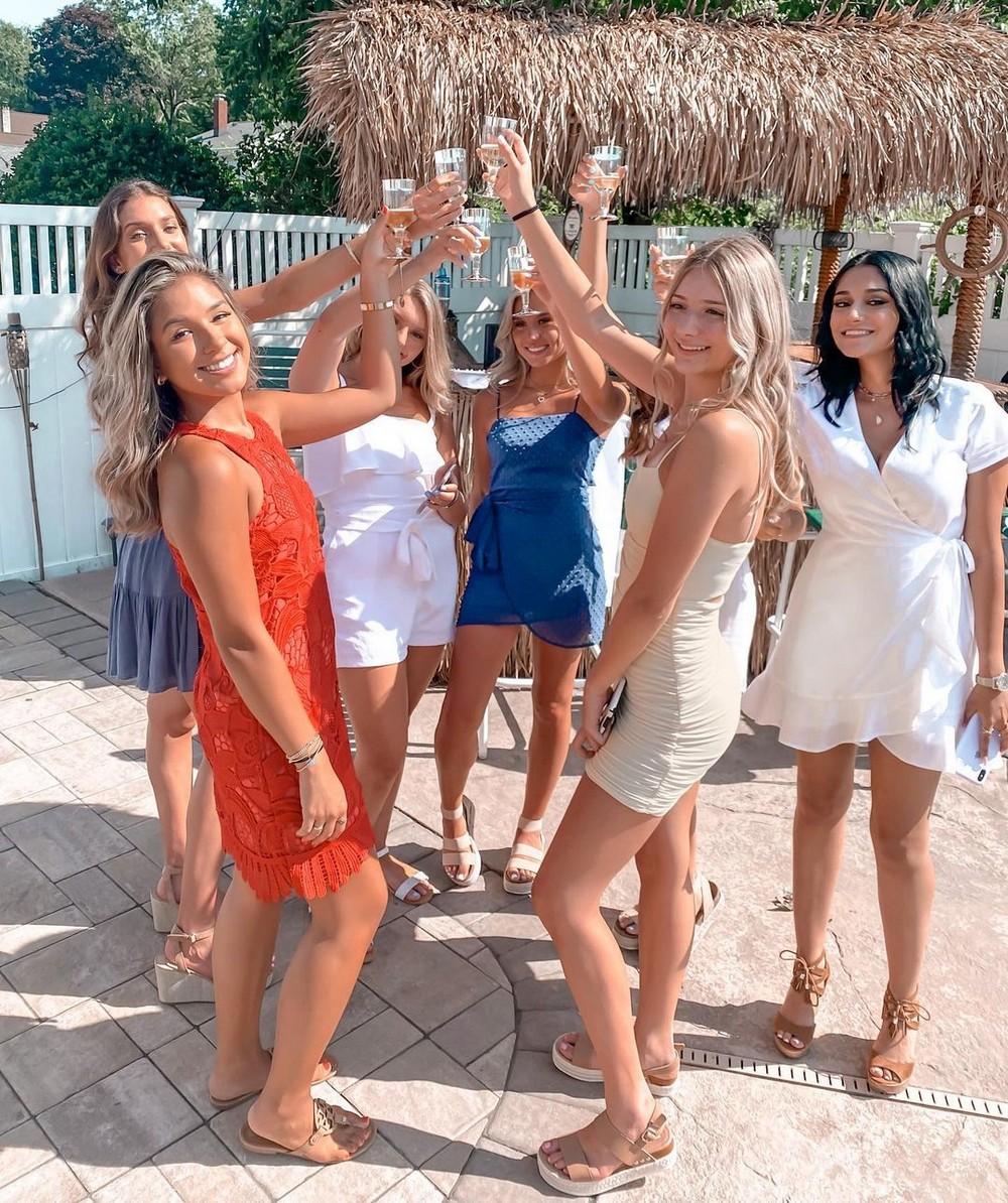 Красивые девушки на групповых снимках
