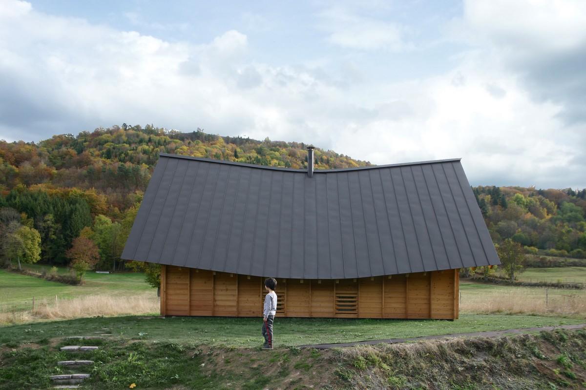 Дачный домик с красивой крышей во Франции