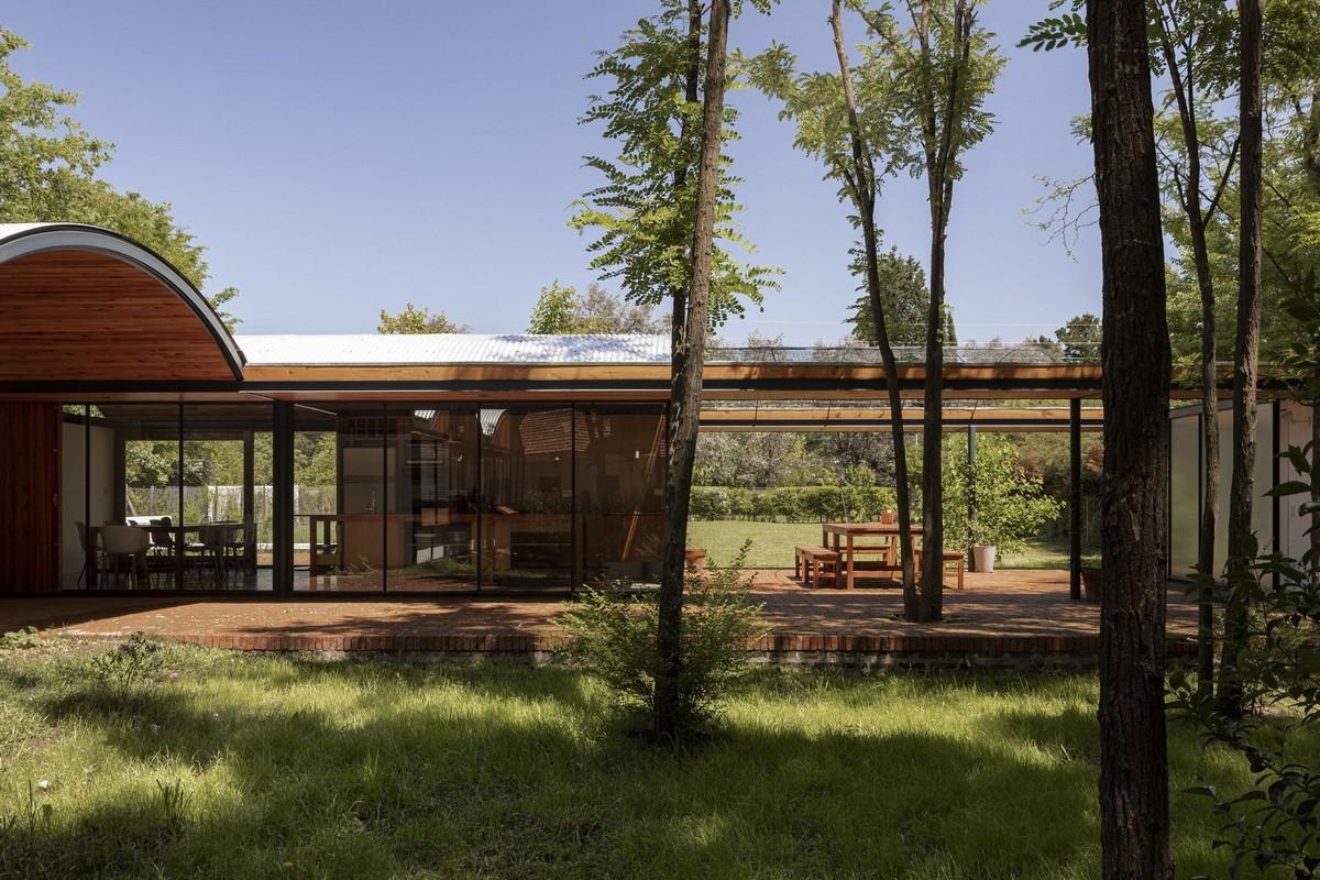 Семейный загородный дом среди деревьев в Аргентине