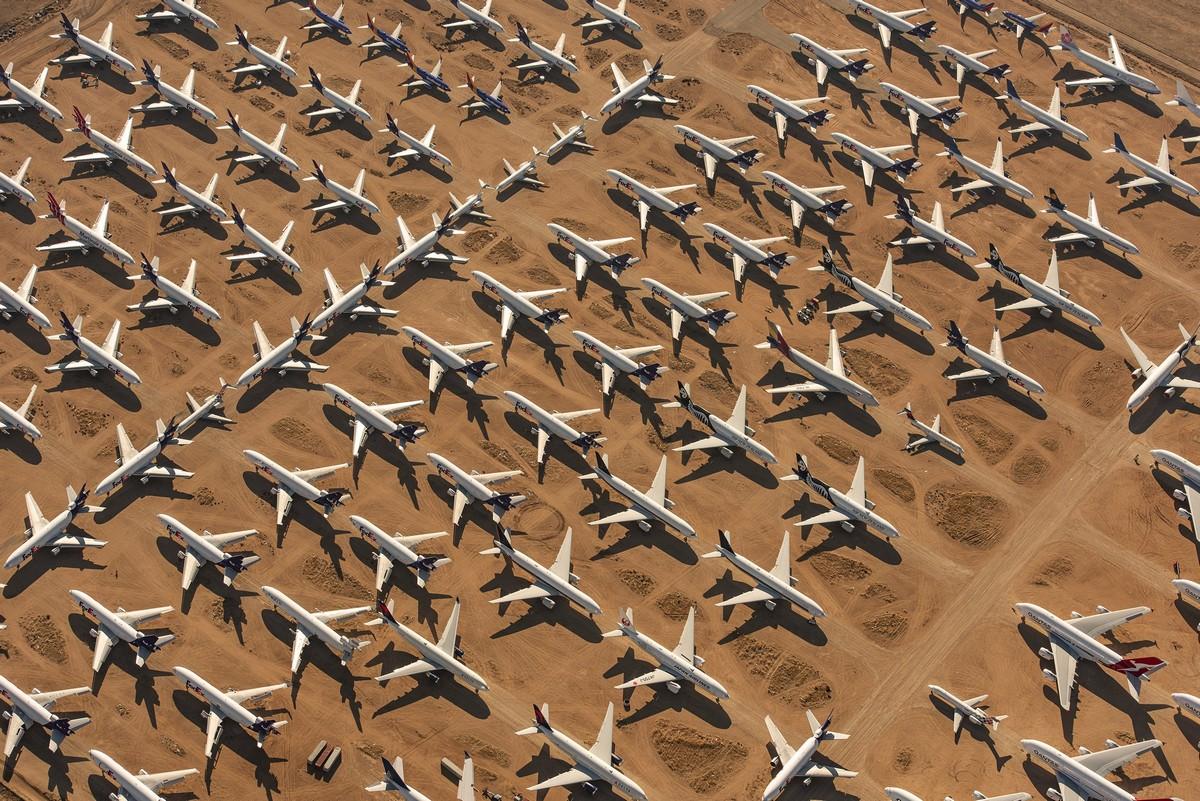 Тысячи самолетов стоят без дела в США