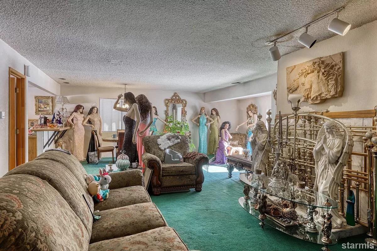Очень странный дом с десятками манекенов продают в США