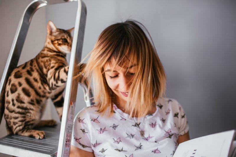 С какой целью кошки лижут волосы хозяина?