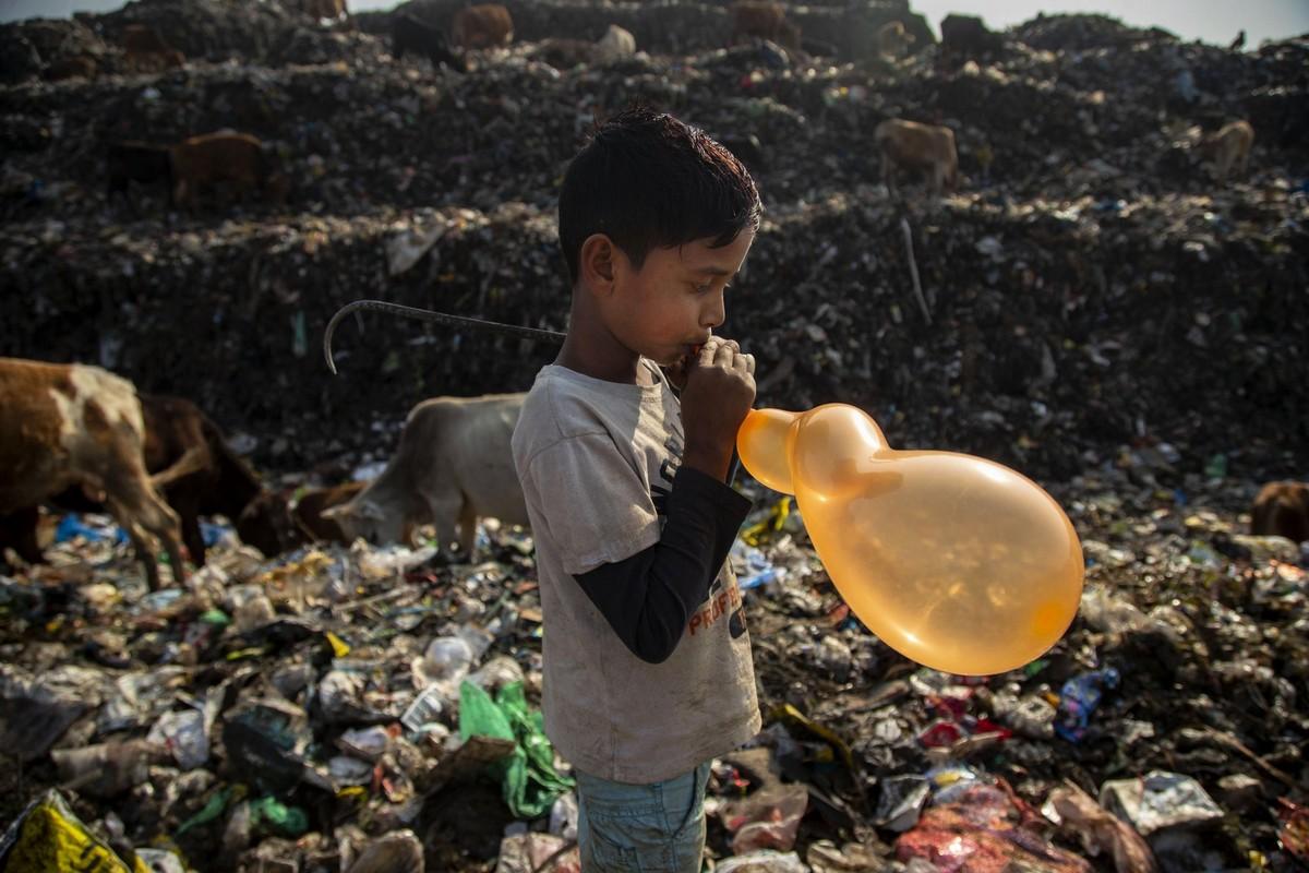 День из жизни индийского 10-летнего мусорщика на снимках