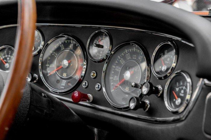 Редкий BMW 1960-х годов без фирменной решетки радиатора