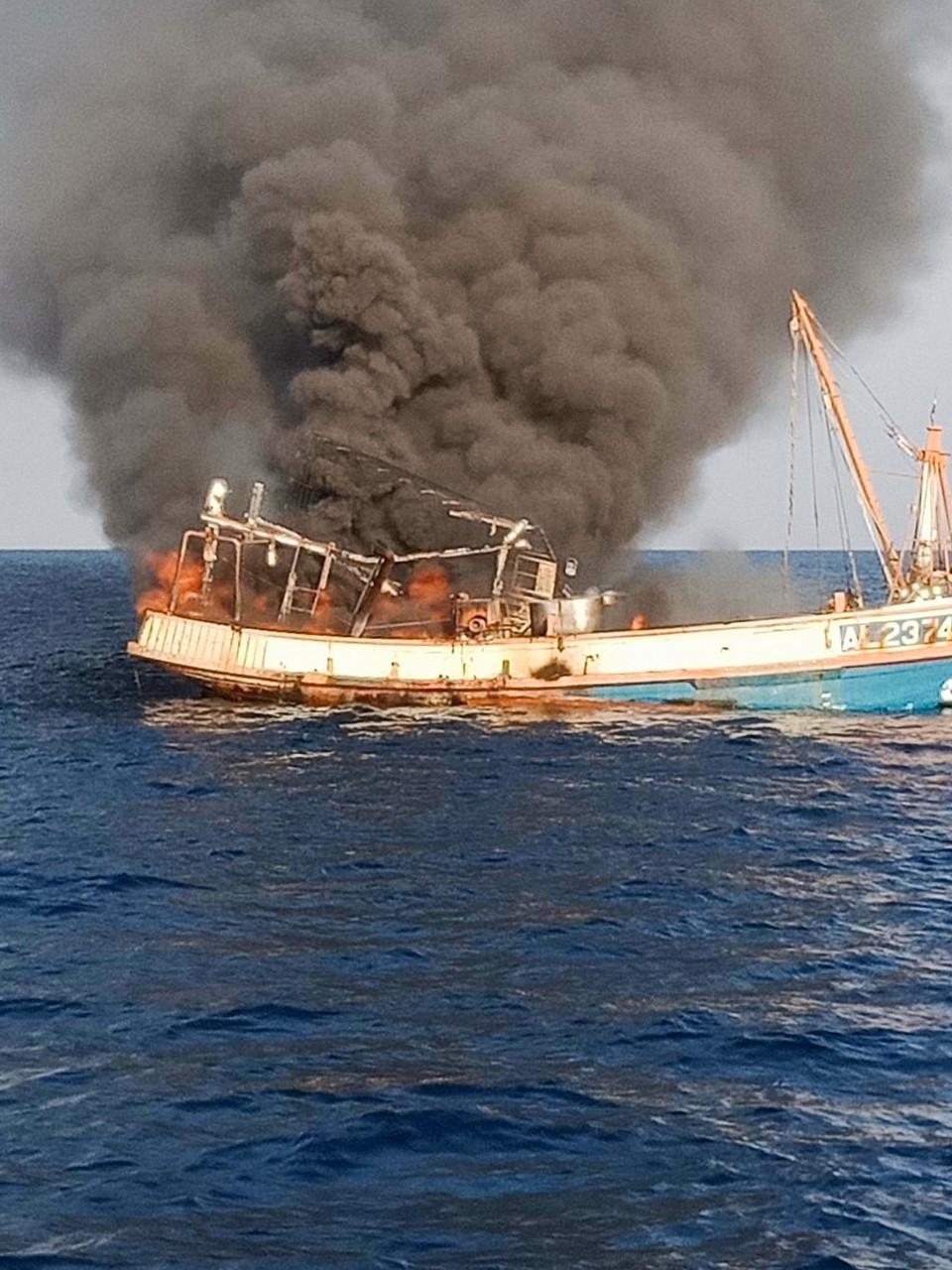 Тайский моряк спас четырех кошек с горящего корабля