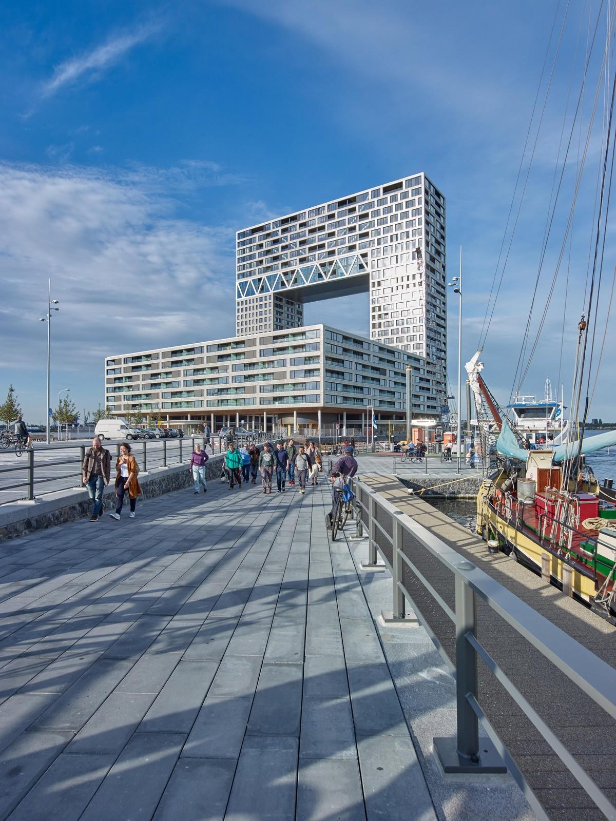 Высокая жилая башня Паромный причал в Амстердаме
