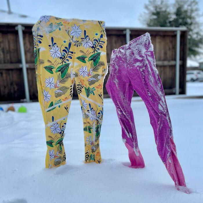 Замёрзшая одежда и человекоподобные скульптуры