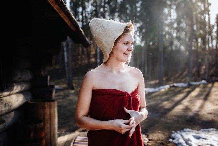 Для чего в бане нужно надевать шапку?
