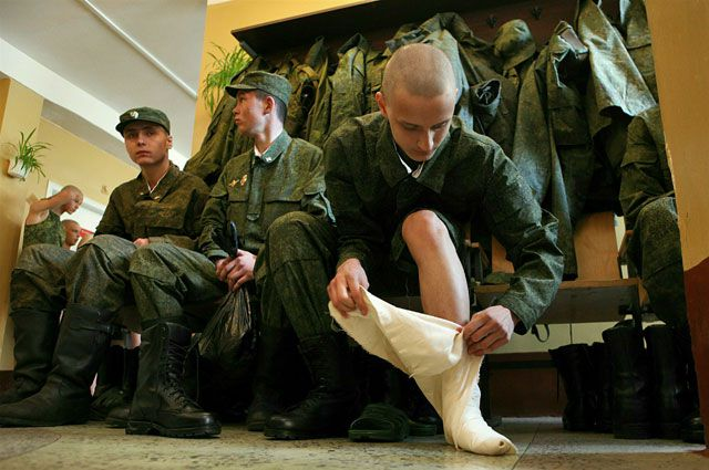 Почему неказистые кирзовые сапоги стали самой популярной обувью в СССР
