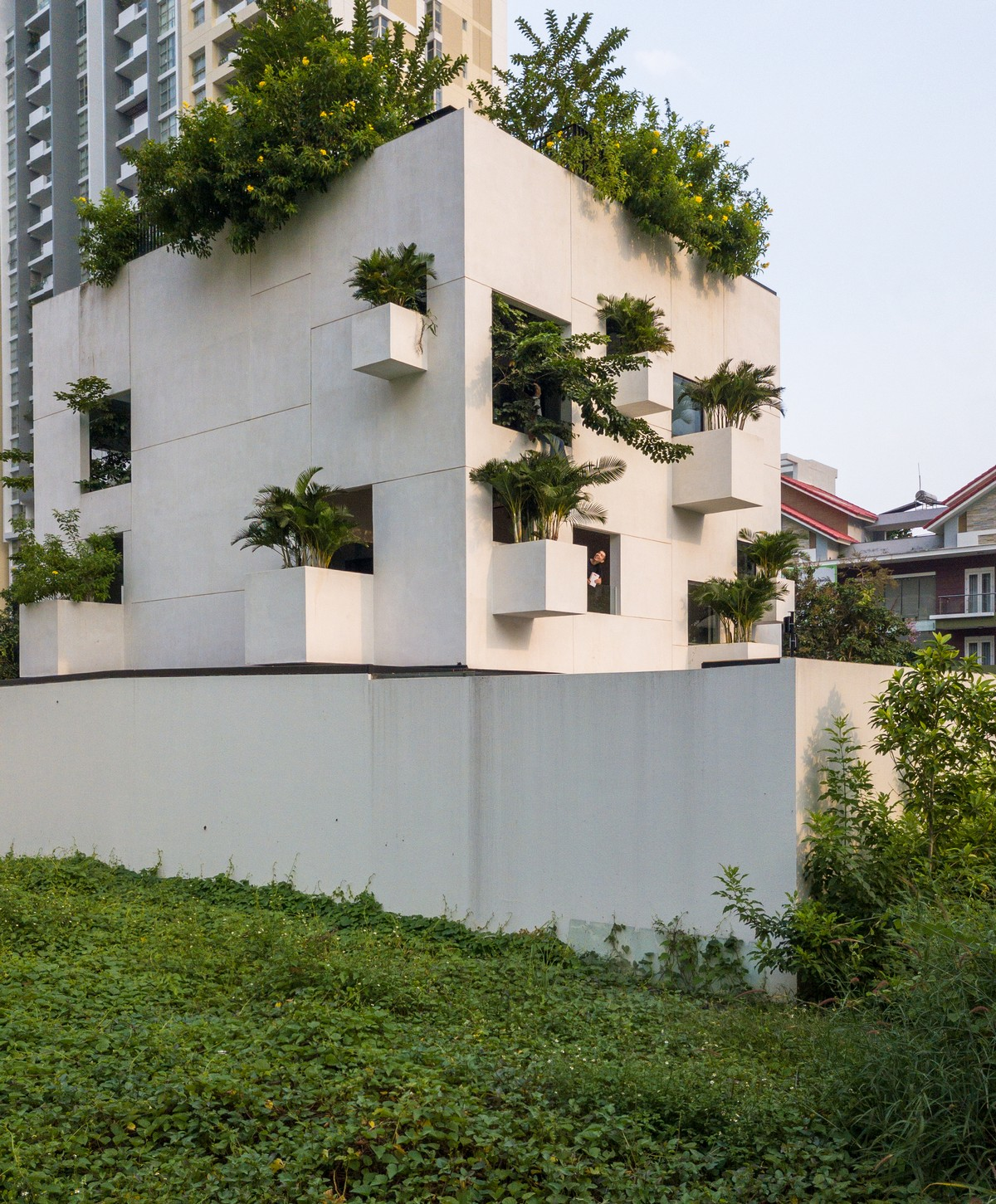 Дом в плотной застройке с садами и бассейном во Вьетнаме