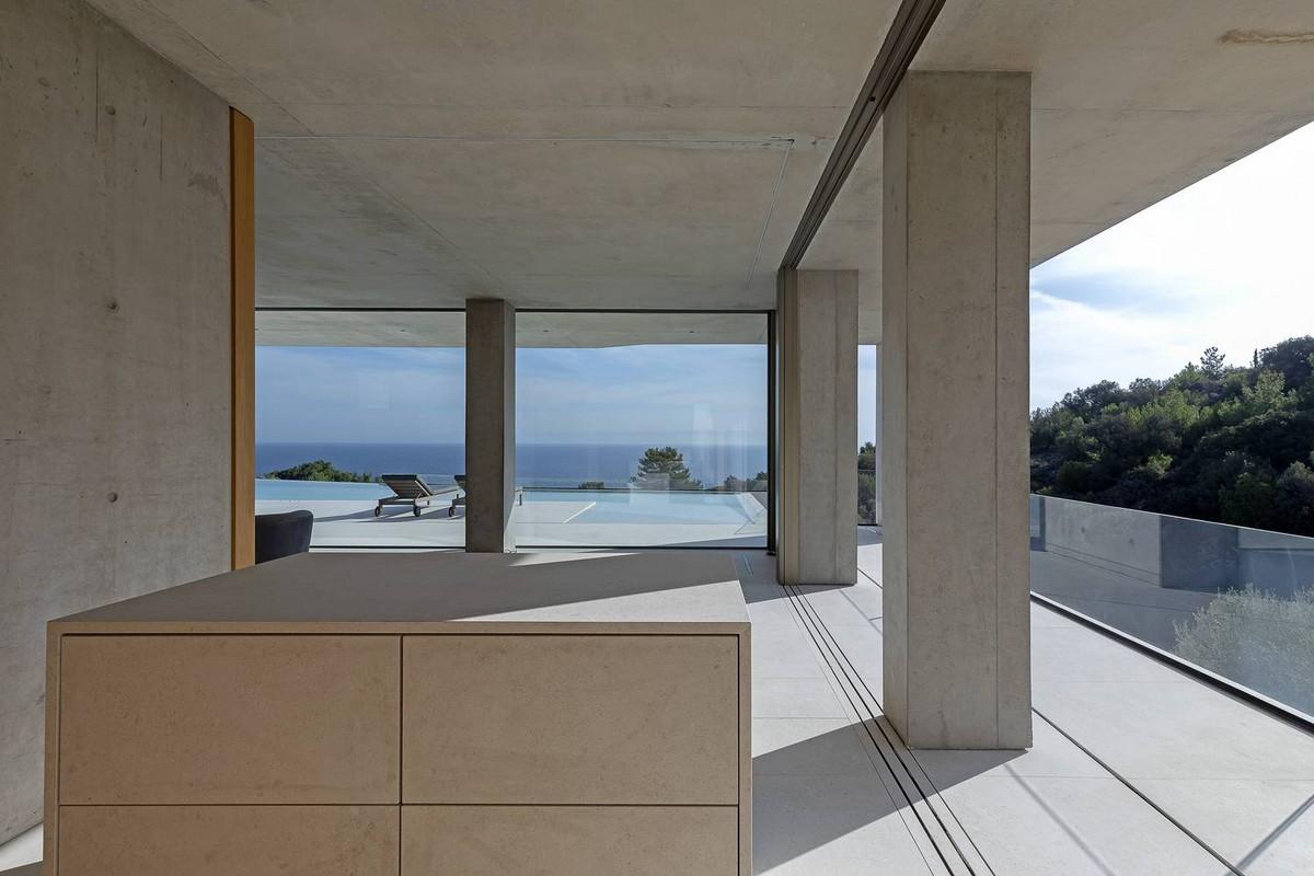 Бетонный дом необычной формы на острове Лесбос