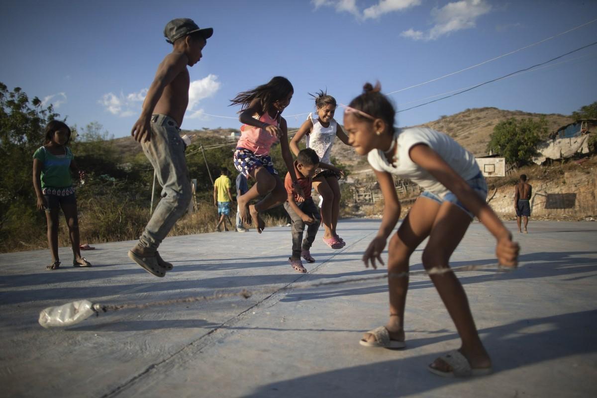 Дети копаются в мусоре в поисках еды и ценных вещей в Венесуэле
