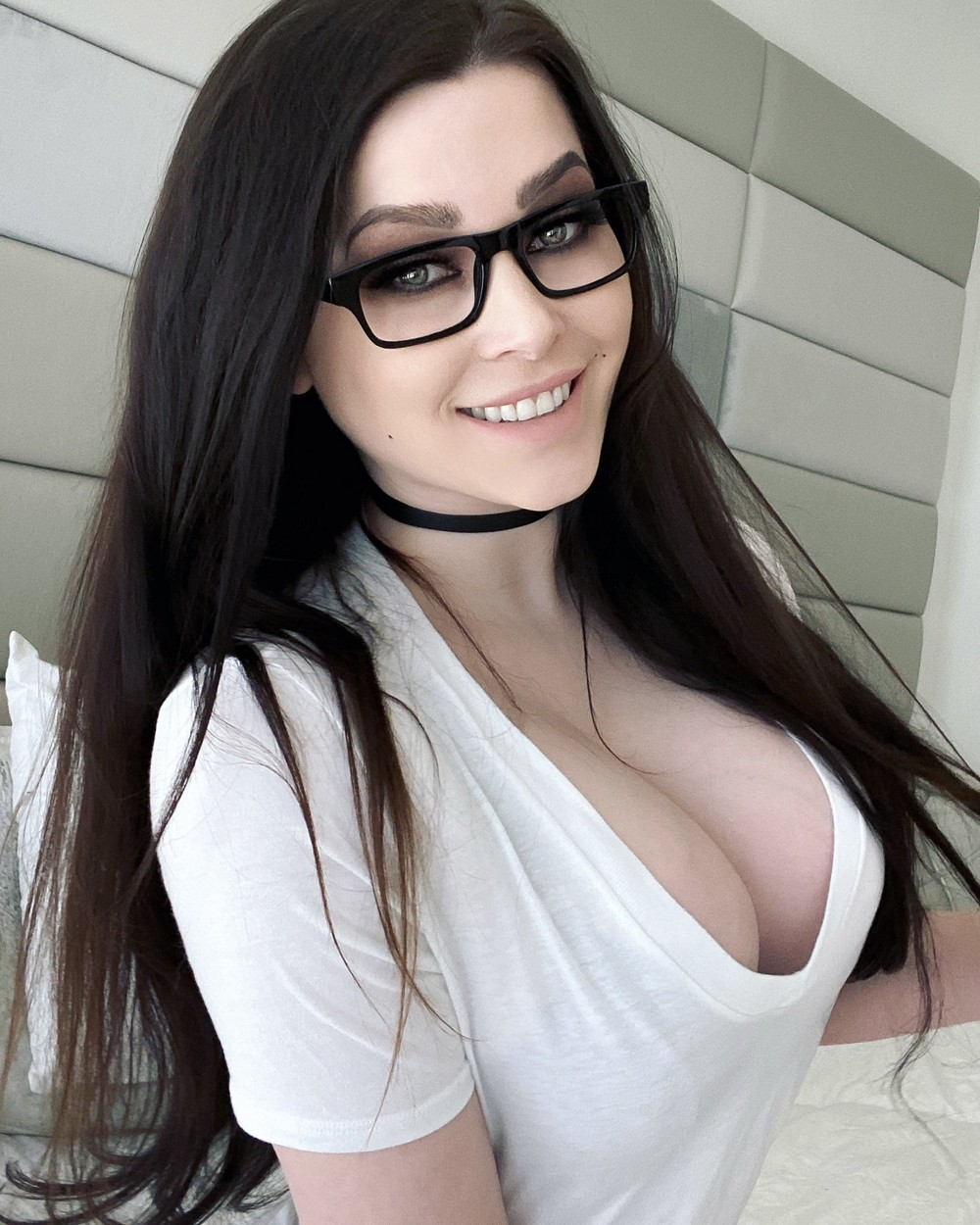 Красивые девушки улыбаются