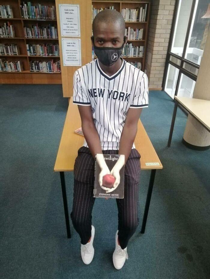Люди подставляют лица к обложкам книг: челлендж #Bookface
