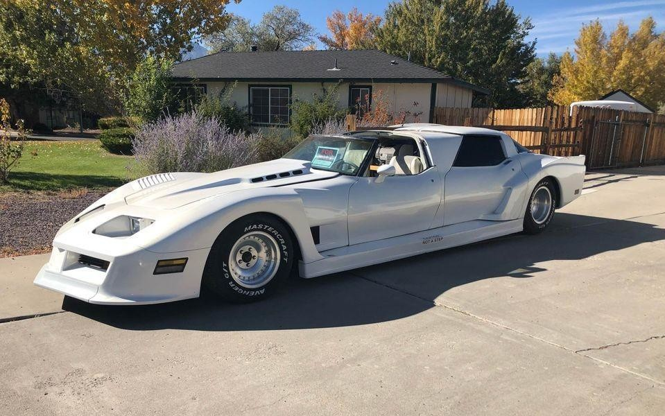 Кастомный четырехдверный Chevrolet Corvette, похожий на Бэтмобиль
