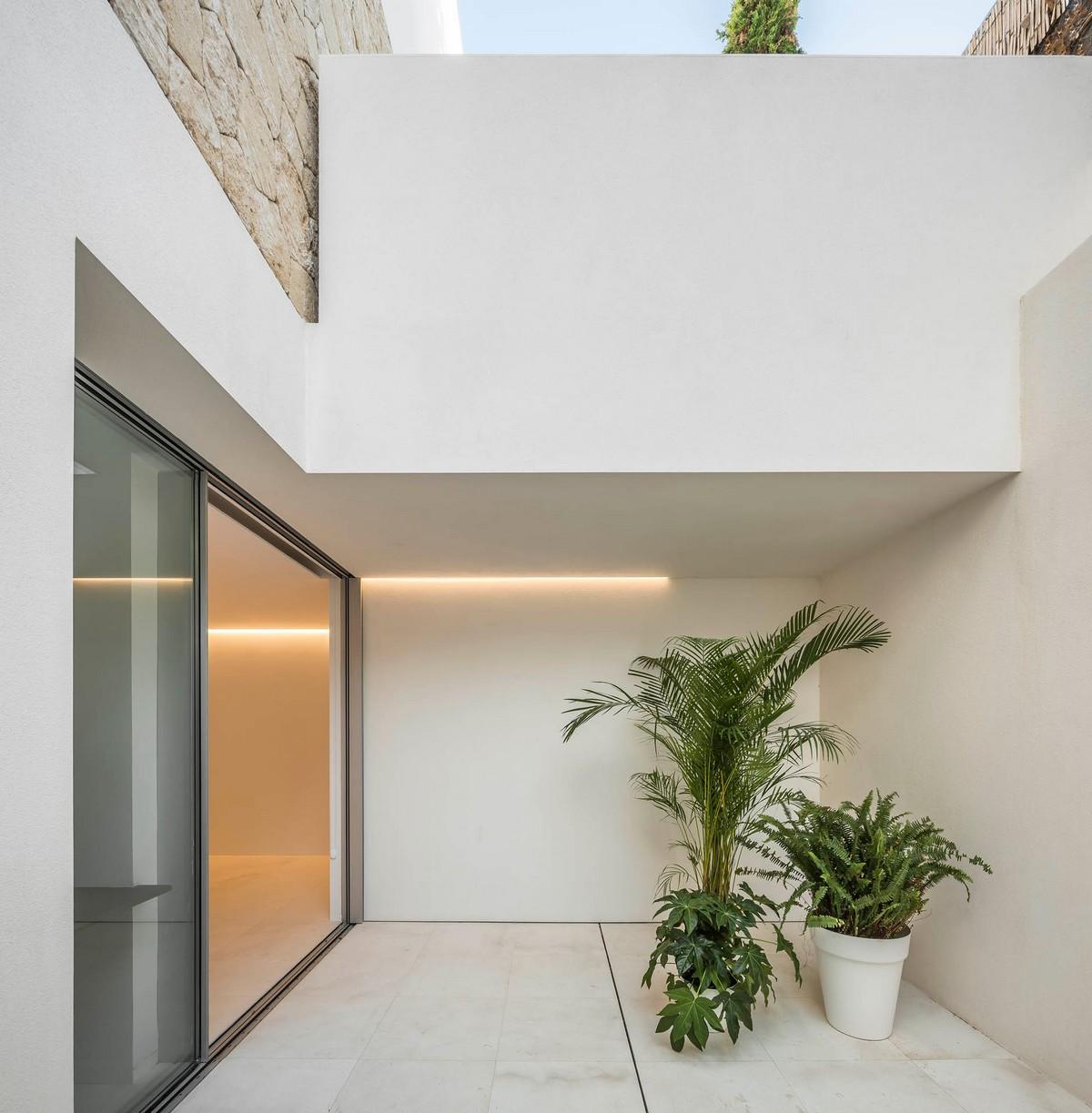 Дом с интровертным характером в Испании