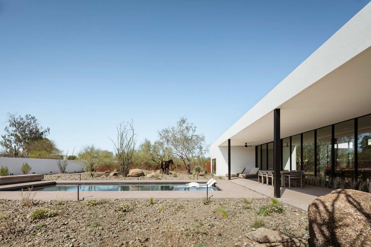 Дом с внутренним двориком и бассейном в США