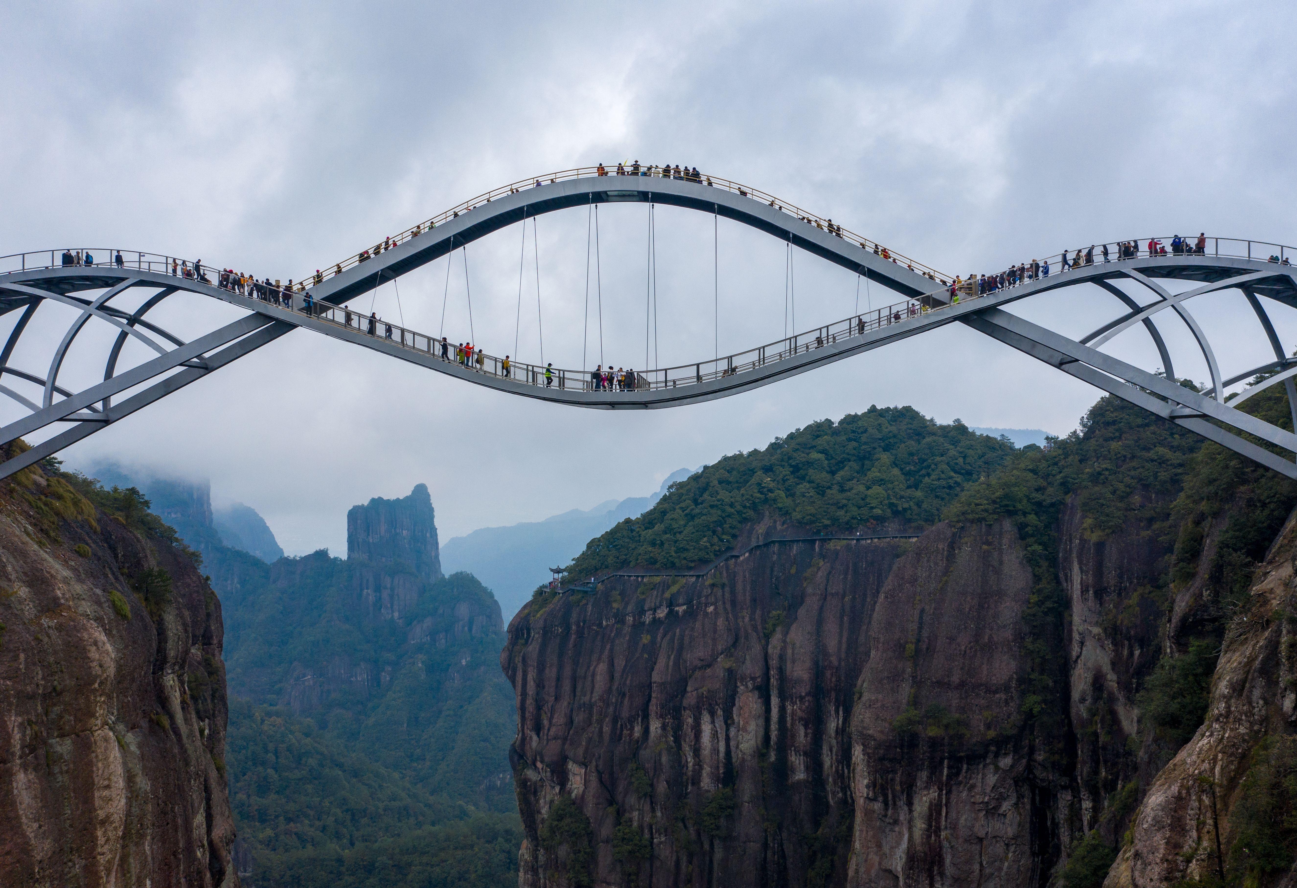 В Китае открылся изгибающийся стеклянный мост