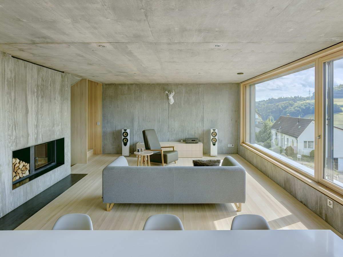 Семейный дом с двухскатной крышей на склоне в Швейцарии