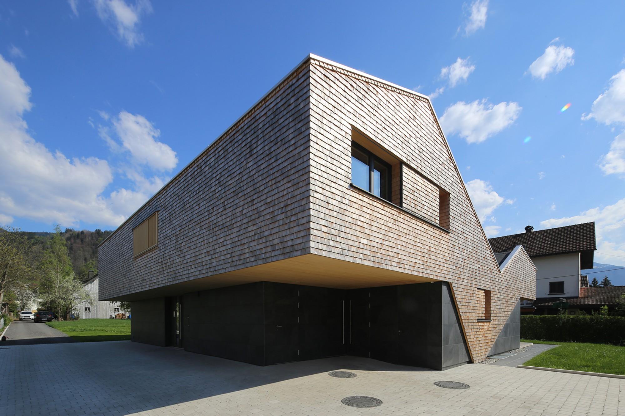 Отделанный дранкой дом с двориком в Австрии