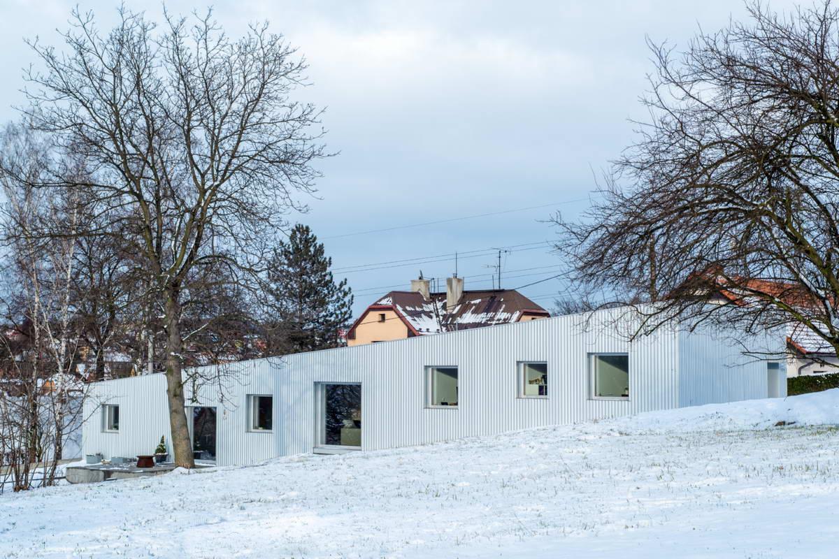 Скользящий по склону дачный дом в Чехии