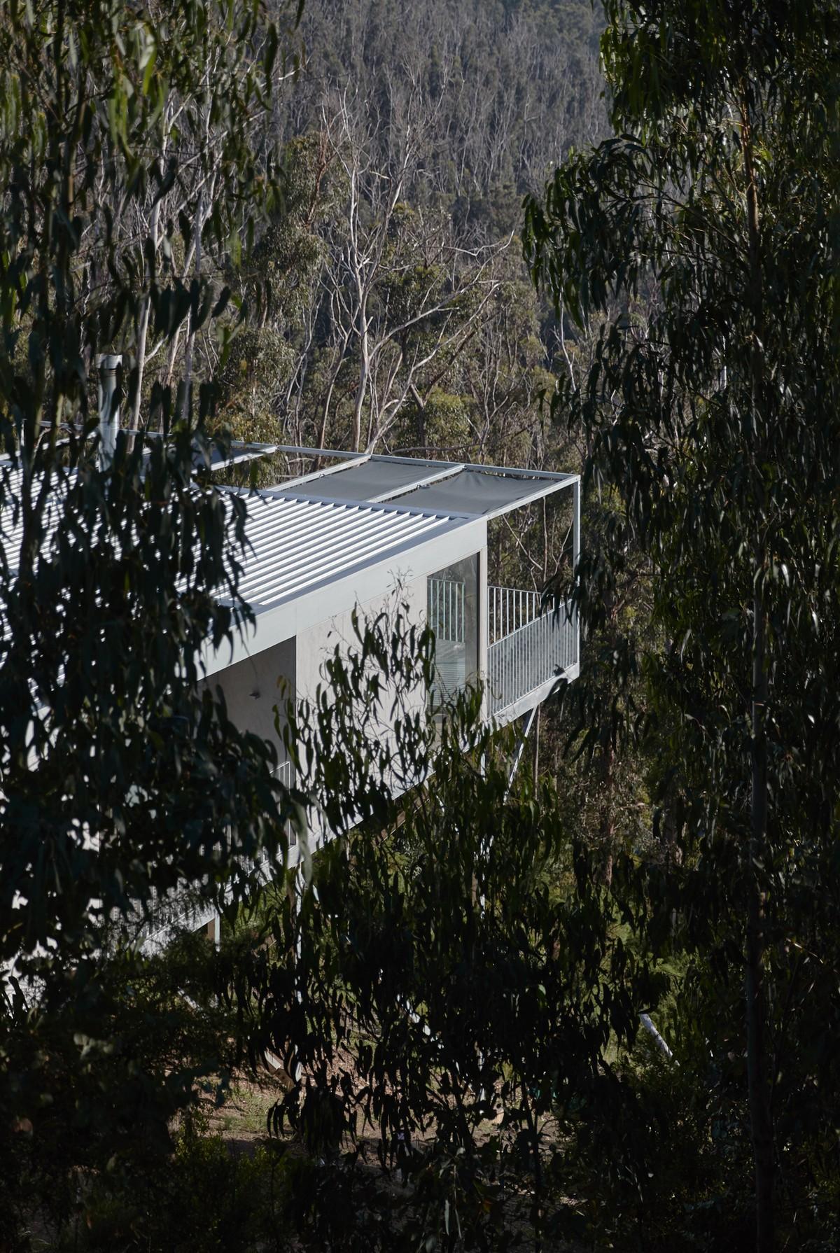 Минималистичный дом на крутом склоне холма в Австралии