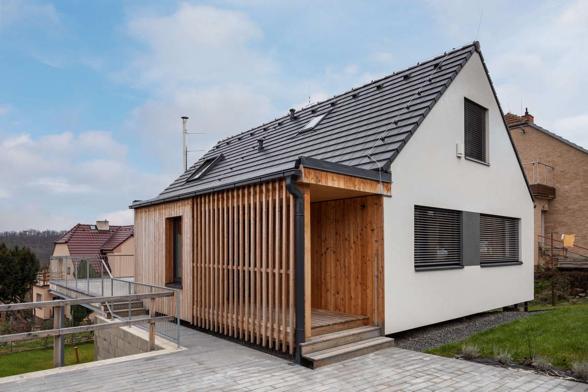 Деревянный дом над садом в Чехии